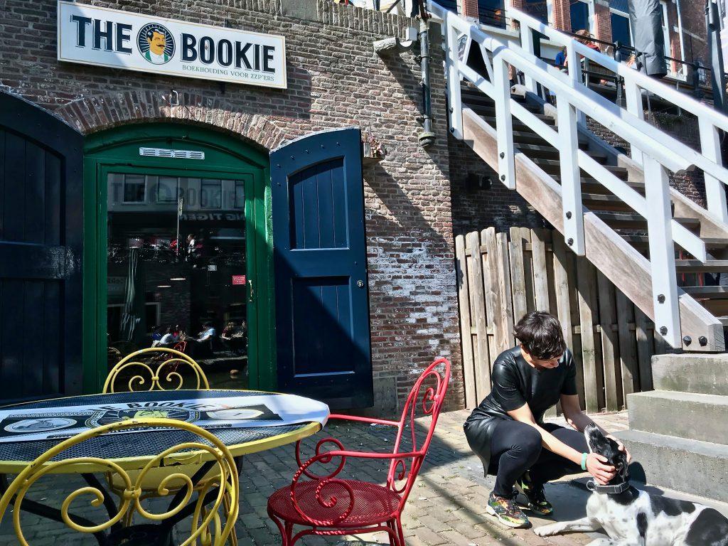 Mariangela De Lorenzo aait haar hond voor de ingang van The Bookie op de Oudegracht aan de Werf